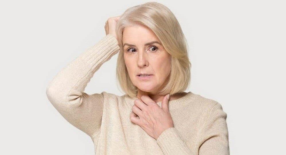Женщина с тремором головы и рук