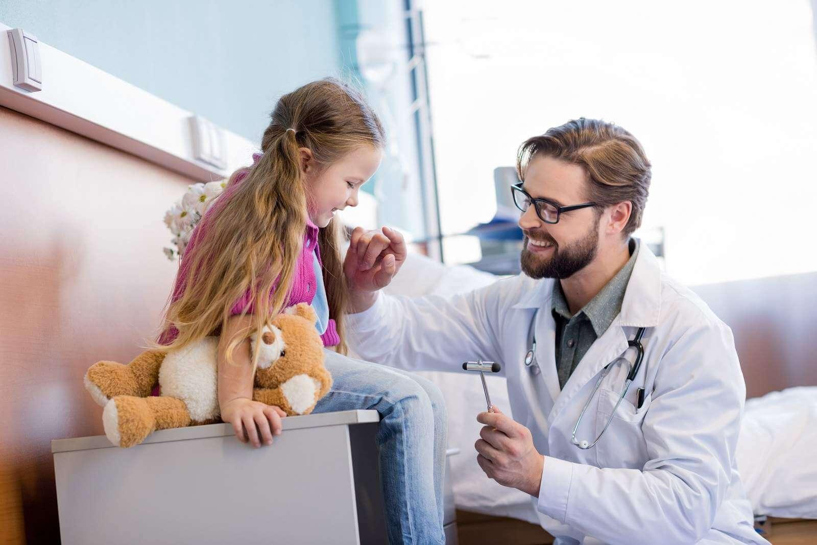 Невролог осматривает девочку