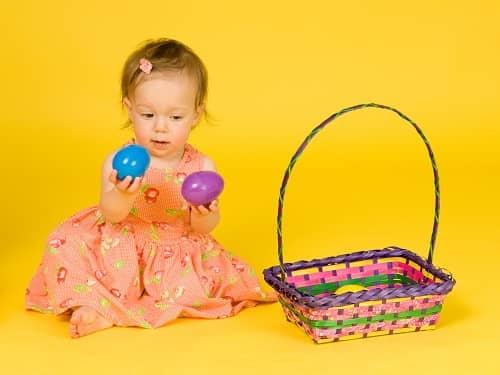 Девочка с ЗПР ощупывает и осматривает игрушки