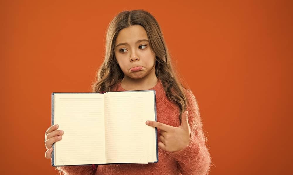 Девочка с ЗПР держит чистую книгу