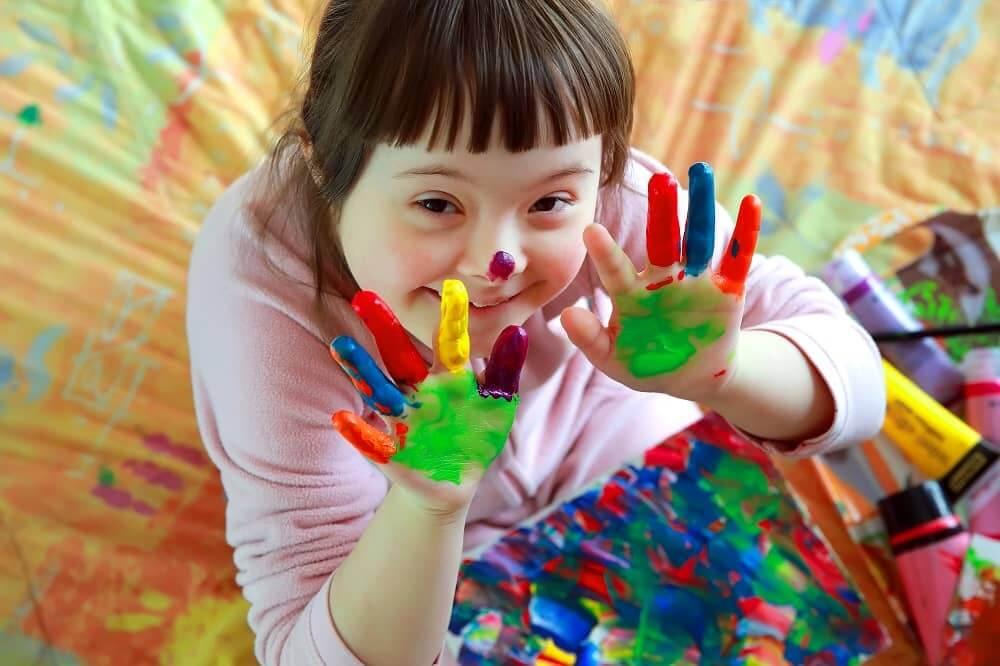 Девочка с ЗПР учится пальцевому рисованию