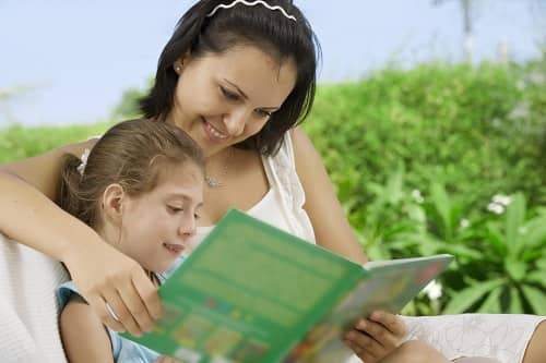 Мама читает ребенку с ЗПР книгу