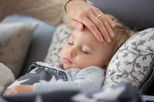 Младенец с простудой и гипертермией