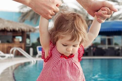 Ребенок гуляет и купается