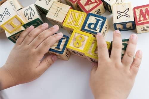Ребенок с ЗПР собирает слова из кубиков
