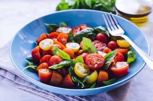 Свежие овощи на тарелке больного Паркинсоном