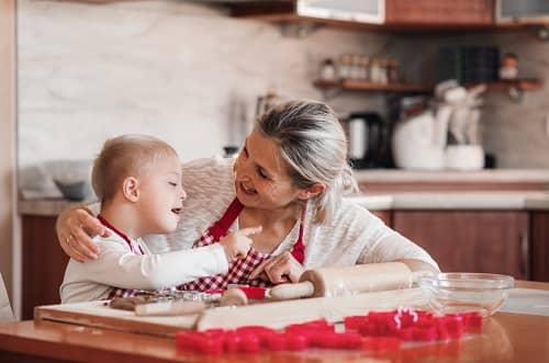 Взрослый комментирует свои действия для ребенка с ЗПР