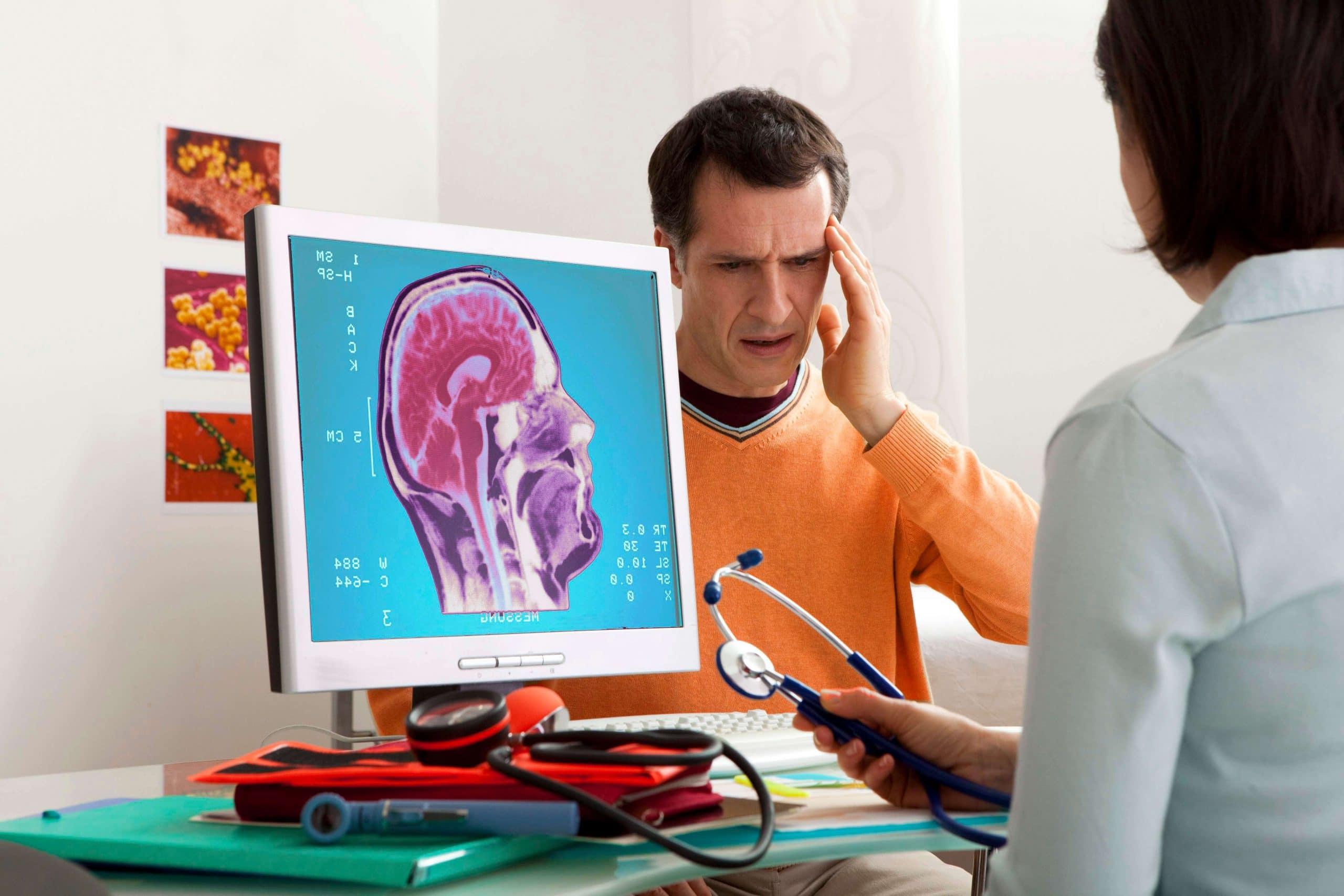 Мужчина с ВСД на обследовании у невролога