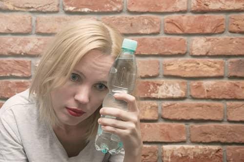 Бутылка с водой при приступе мигрени
