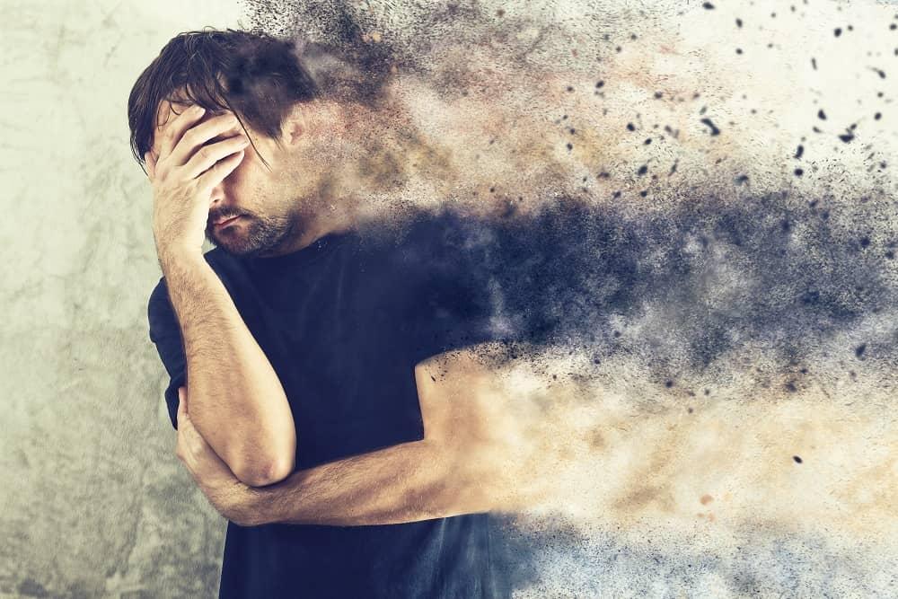 Мужчина распыляется в депрессии