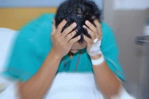 Мужчина с длительным приступом мигрени в больнице