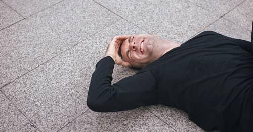 Мужчина с мигренью и эпилепсией упал на землю