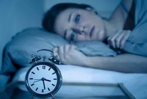 Приступ мигрени много часов у женщины в постели