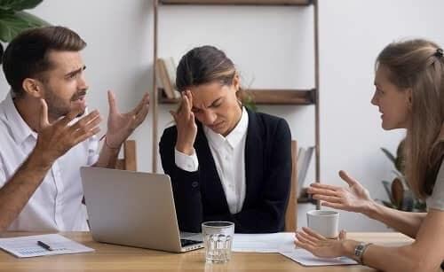 Уставшая женщина в стрессе с приступом мигрени