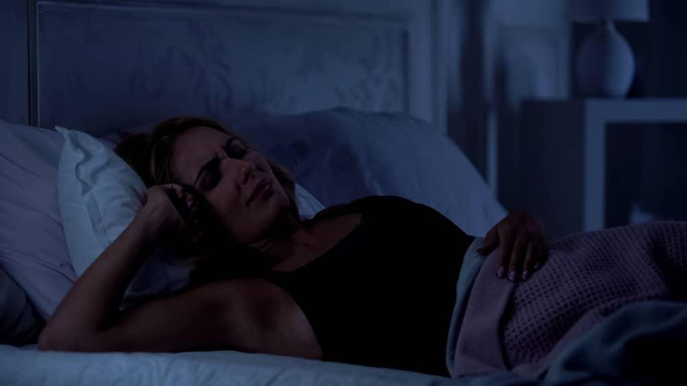 Женщина не высыпается из-за приступа эплепсии
