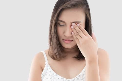 Женщина с болью и мушками в левом глазу