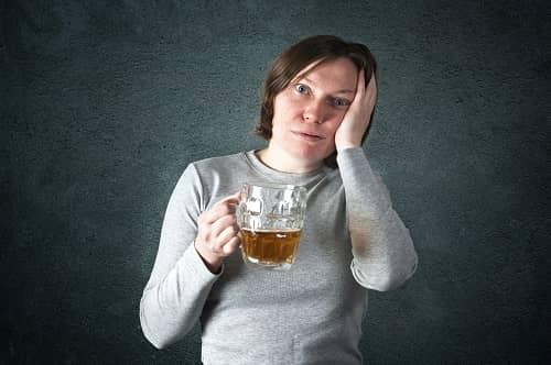 Женщина с пивом и мигренью