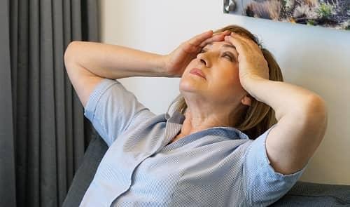 Женщина с приступами хронической мигрени