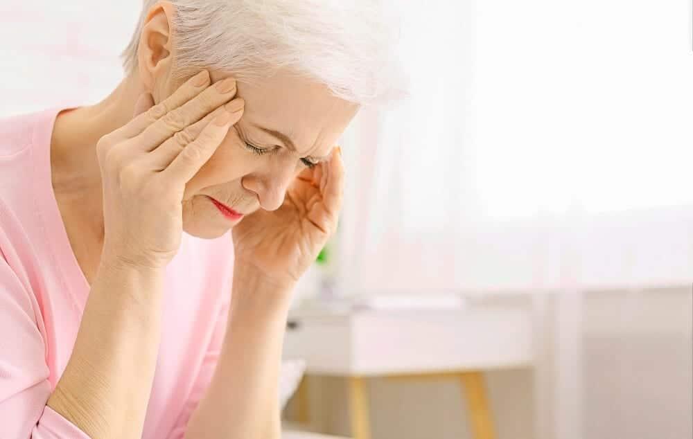 Пожилая женщина с головной болью