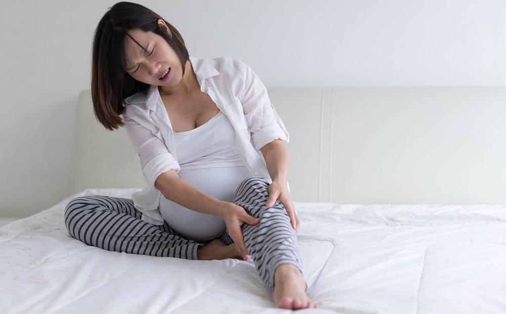 Беременная женщина с судорогой