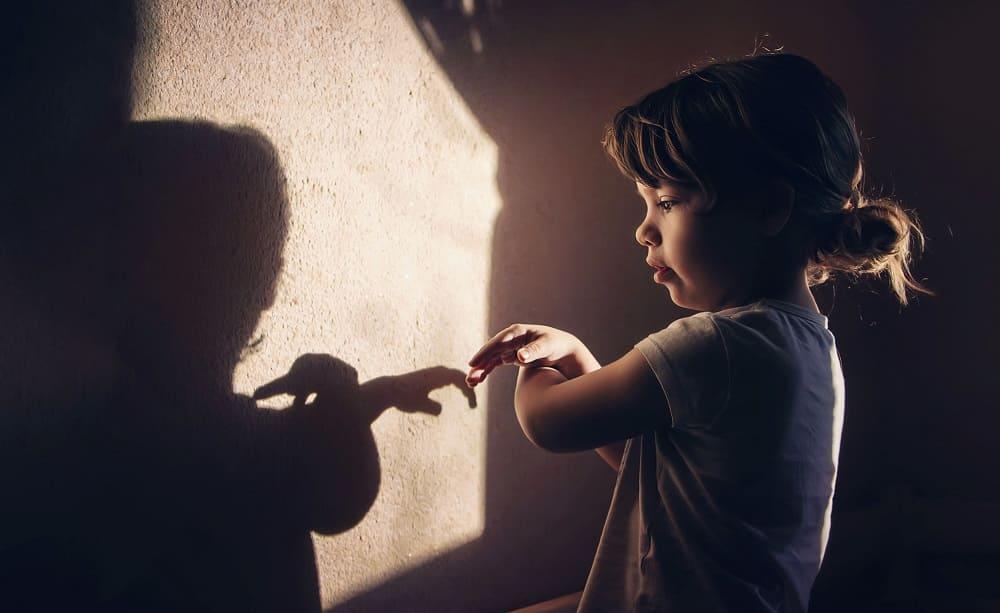Девочка с ЗПР одинока играет с тенями