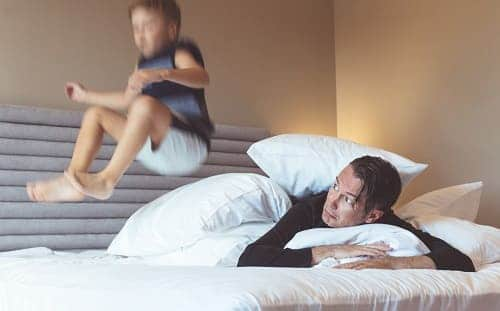 Гиперактивный ребенок скачет на кровати