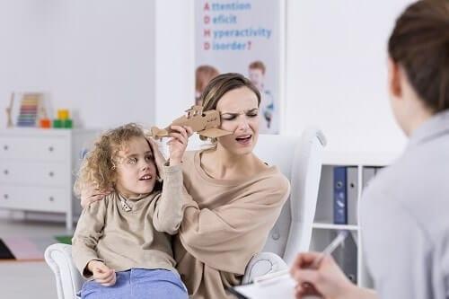 Импульсивная девочка бьет маму игрушкой