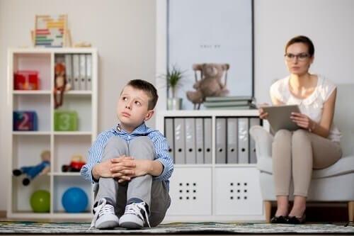 Мальчик с дефицитом внимания не слышит взрослого
