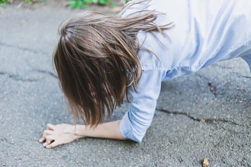 Падение на асфальт от приступа эпилепсии
