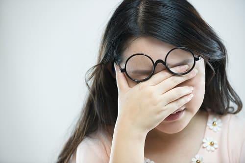 Приступ боли у женщины в области глаза