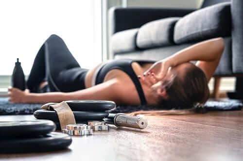 Женщина устала и упала без сил