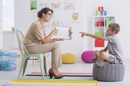 Женщина занимается с ребенком по преодолению ЗПР