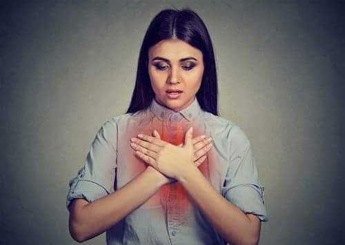 Девушка ощущает нехватку воздуха и боль в груди