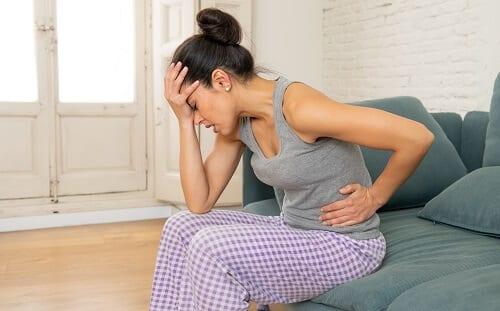 Головная боль у женщины с болью в животе