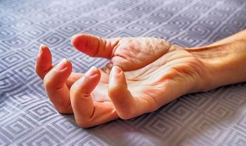 Изолированный миоклонус мышц руки