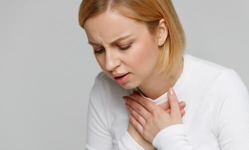 Молодой женщине сложно дышать и болит в груди
