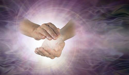 Руки в окружении магнитного поля