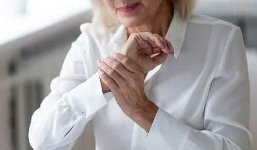 У женщины дергается рука