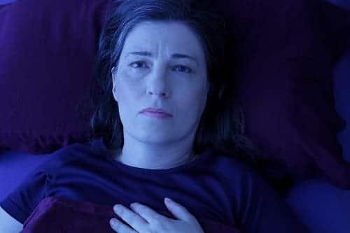 У женщины тревога, бессонница и боль в груди