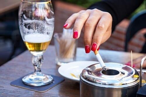 Женщина курит пьет питается неправильно