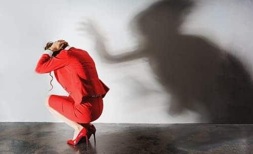 Жещина в депрессии боится тени