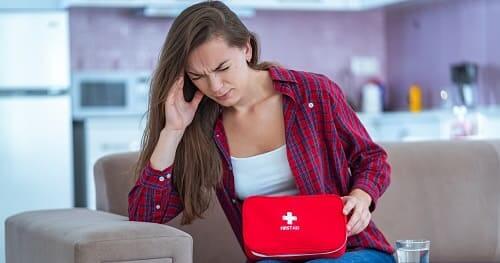 Женщина с аптечкой от мигрени