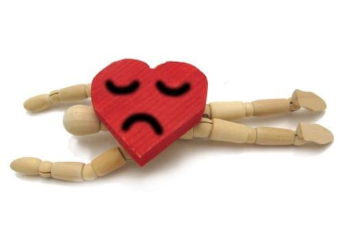 Больное сердце давит лежащего человека