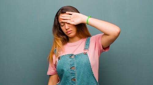 Девушка с головной болью и чувствительностью к свету