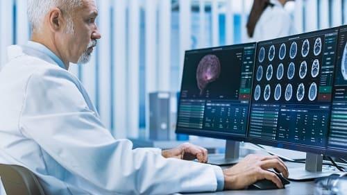 Доктор анализирует данные обследования пациента