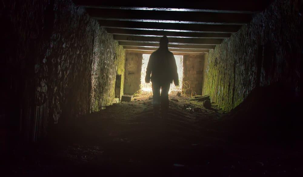 Фигура в тоннеле движется к свету