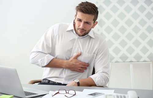 Мужчина с ВСД ощущает боль в груди