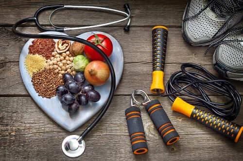 Сердце со здоровым питанием и инвенарем для фитнеса