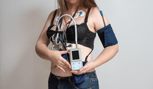 Система мониторинга ЭКГ на женщине
