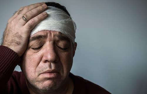 У мужчины болит забинтованная голова